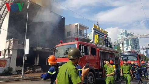 Cập nhật: Cháy cực lớn tại Đà Nẵng, khói cuồn cuộn phủ một góc phố - Ảnh 1.