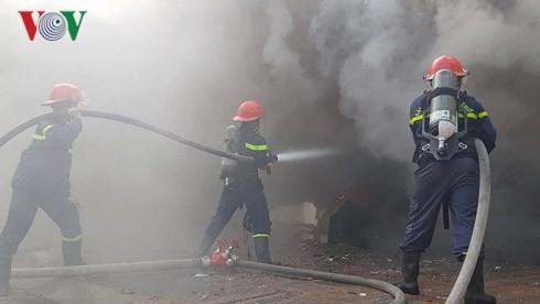 Cập nhật: Cháy cực lớn tại Đà Nẵng, khói cuồn cuộn phủ một góc phố - Ảnh 3.