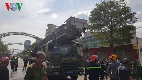 Cập nhật: Cháy cực lớn tại Đà Nẵng, khói cuồn cuộn phủ một góc phố - Ảnh 4.