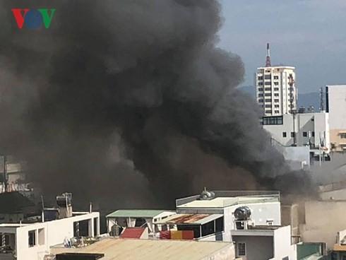Cập nhật: Cháy cực lớn tại Đà Nẵng, khói cuồn cuộn phủ một góc phố - Ảnh 5.
