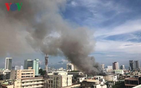 Cập nhật: Cháy cực lớn tại Đà Nẵng, khói cuồn cuộn phủ một góc phố - Ảnh 6.