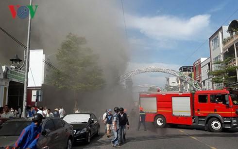 Cập nhật: Cháy cực lớn tại Đà Nẵng, khói cuồn cuộn phủ một góc phố - Ảnh 9.