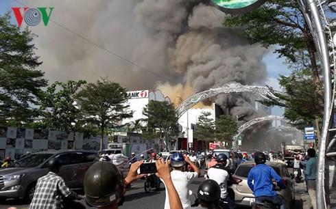 Cập nhật: Cháy cực lớn tại Đà Nẵng, khói cuồn cuộn phủ một góc phố - Ảnh 10.