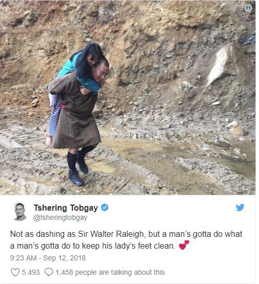 Cựu Thủ tướng Bhutan đăng ảnh cõng vợ qua đoạn đường lầy khiến cộng đồng mạng thốt lên kinh ngạc - Ảnh 1.