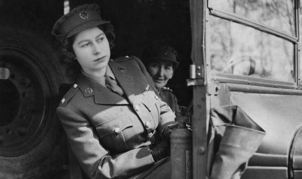 Là người quyền lực và uy nghiêm nhất nước Anh nhưng Nữ hoàng cũng từng có thời thanh xuân dữ dội với những tài lẻ không phải ai cũng biết - Ảnh 2.