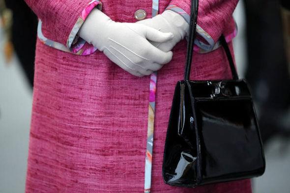 Không chỉ là phụ kiện đi kèm, chiếc túi xách màu đen luôn được Nữ hoàng Anh đem theo bên mình còn chứa đựng bí mật đặc biệt - Ảnh 2.