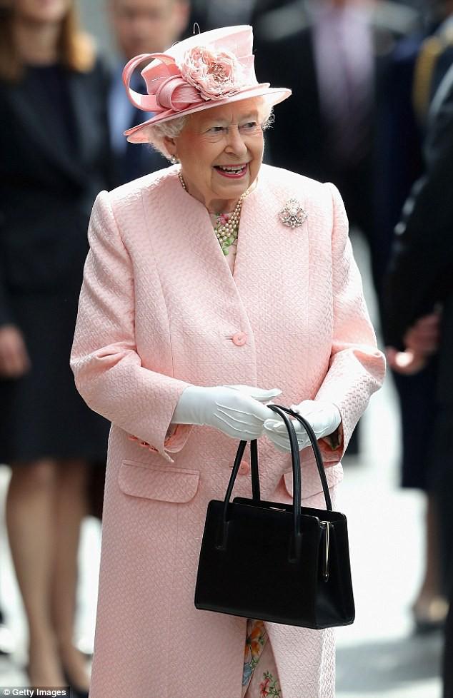 Không chỉ là phụ kiện đi kèm, chiếc túi xách màu đen luôn được Nữ hoàng Anh đem theo bên mình còn chứa đựng bí mật đặc biệt - Ảnh 3.