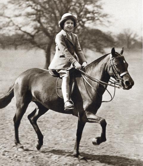 Là người quyền lực và uy nghiêm nhất nước Anh nhưng Nữ hoàng cũng từng có thời thanh xuân dữ dội với những tài lẻ không phải ai cũng biết - Ảnh 7.