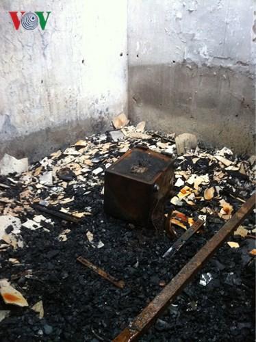Cảnh tan hoang sau 2 ngày xảy ra vụ cháy trên phố Đê La Thành - Ảnh 4.