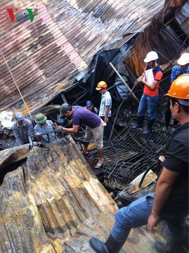 Cảnh tan hoang sau 2 ngày xảy ra vụ cháy trên phố Đê La Thành - Ảnh 10.