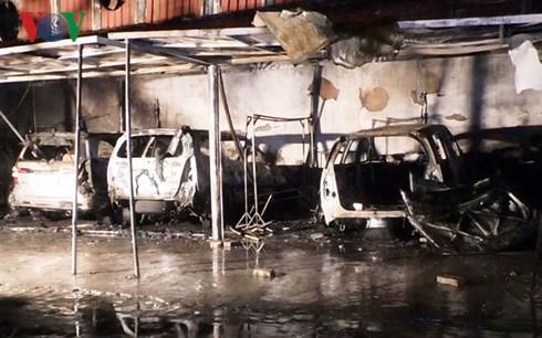 Cháy ga ra trong đêm ở Đà Nẵng, 4 ô tô bị thiêu trụi - Ảnh 1.