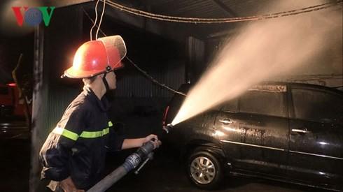 Cháy ga ra trong đêm ở Đà Nẵng, 4 ô tô bị thiêu trụi - Ảnh 2.