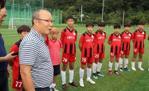 """HLV Park Hang-seo lại làm """"rạng danh"""" U23 Việt Nam khi trở về nơi chôn rau cắt rốn - Ảnh 1."""