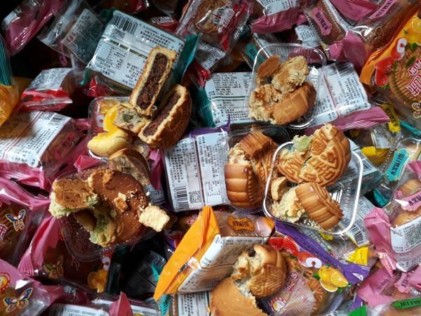 Thu giữ 1.468 chiếc bánh trung thu giá bèo đổi màu ở Hà Đông  - Ảnh 4.