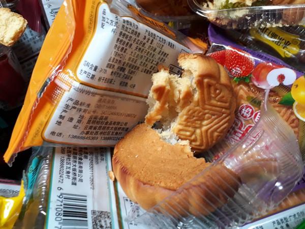 Thu giữ 1.468 chiếc bánh trung thu giá bèo đổi màu ở Hà Đông  - Ảnh 5.