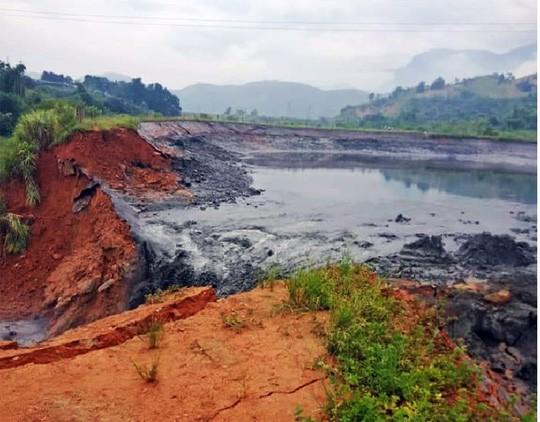 Vỡ đập quặng thải, hàng ngàn m3 chất thải độc hại tràn ra đường, nhà dân - Ảnh 1.