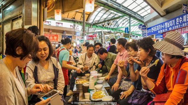 Mỗi người trong xã hội Hàn Quốc luôn đặt tập thể lên trên hết – từ việc gọi món ăn, thức uống cùng bạn bè cho đến việc tham gia giao thông bằng phương tiện công cộng cùng người khác.