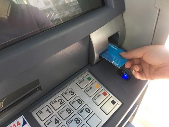 Vì sao người dân vẫn ngại quẹt thẻ khi mua sắm? - Ảnh 1.