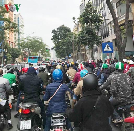 Ảnh: Đường phố Hà Nội ùn tắc trong ngày đi làm đầu tiên của năm 2019 - Ảnh 3.