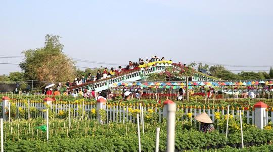 Chưa Tết, làng hoa lớn nhất miền Tây đã nườm nượp khách - Ảnh 4.