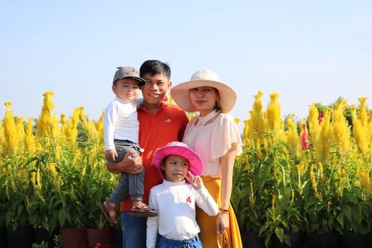 Chưa Tết, làng hoa lớn nhất miền Tây đã nườm nượp khách - Ảnh 9.