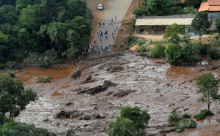 Brazil: Vỡ đập chất thải, hơn 200 người mất tích trong bùn lầy - Ảnh 1.