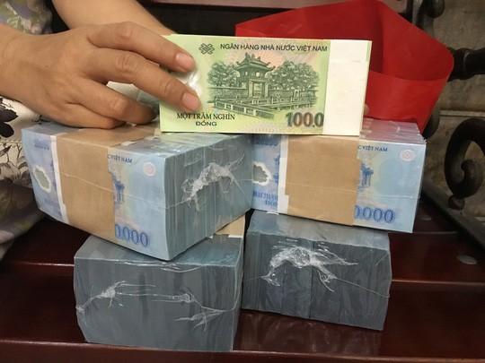 Nhân viên ngân hàng nháo nhào tìm nguồn tiền mới đổi cho khách quen - Ảnh 1.