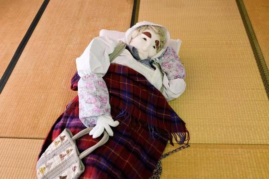 """""""Rùng mình"""" với ngôi làng làm búp bê thế chỗ người chết ở Nhật - Ảnh 9."""