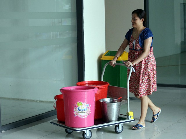 Cư dân mang quần áo giặt giũ, múc nước bể bơi để dùng trong cơn khát ở Hà Nội  - Ảnh 5.