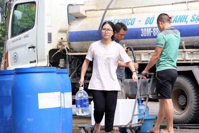 Cư dân mang quần áo giặt giũ, múc nước bể bơi để dùng trong cơn khát ở Hà Nội  - Ảnh 6.