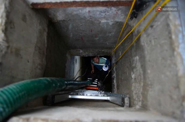 Ảnh: Dầu lắng cặn, bốc mùi nồng nặc khi thau bể nước tại khu đô thị Hà Nội sau sự cố ô nhiễm nước sông Đà - Ảnh 1.