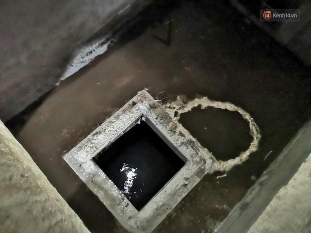 Ảnh: Dầu lắng cặn, bốc mùi nồng nặc khi thau bể nước tại khu đô thị Hà Nội sau sự cố ô nhiễm nước sông Đà - Ảnh 12.