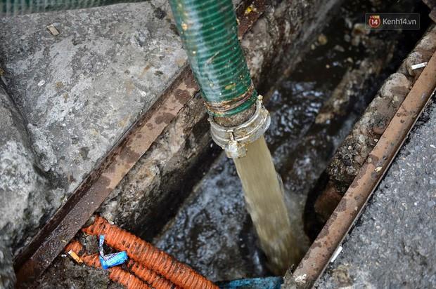 Ảnh: Dầu lắng cặn, bốc mùi nồng nặc khi thau bể nước tại khu đô thị Hà Nội sau sự cố ô nhiễm nước sông Đà - Ảnh 14.