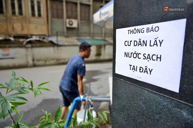 Ảnh: Dầu lắng cặn, bốc mùi nồng nặc khi thau bể nước tại khu đô thị Hà Nội sau sự cố ô nhiễm nước sông Đà - Ảnh 15.
