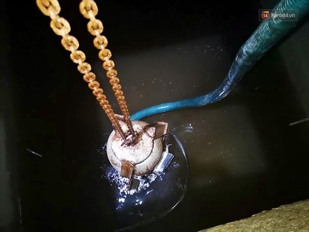 Ảnh: Dầu lắng cặn, bốc mùi nồng nặc khi thau bể nước tại khu đô thị Hà Nội sau sự cố ô nhiễm nước sông Đà - Ảnh 5.