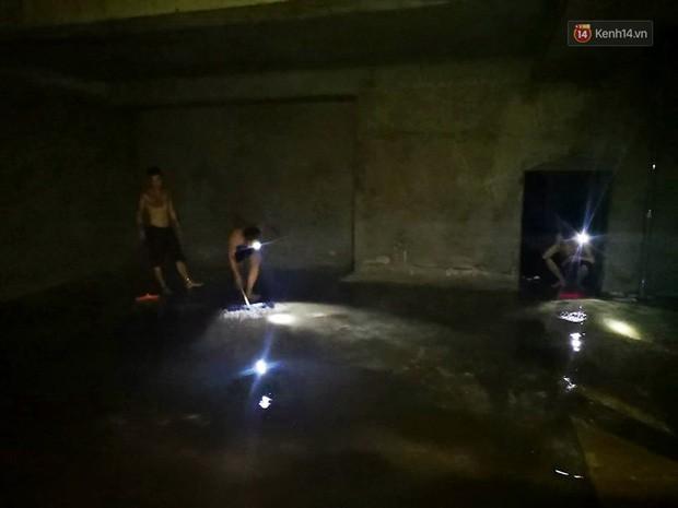 Ảnh: Dầu lắng cặn, bốc mùi nồng nặc khi thau bể nước tại khu đô thị Hà Nội sau sự cố ô nhiễm nước sông Đà - Ảnh 6.