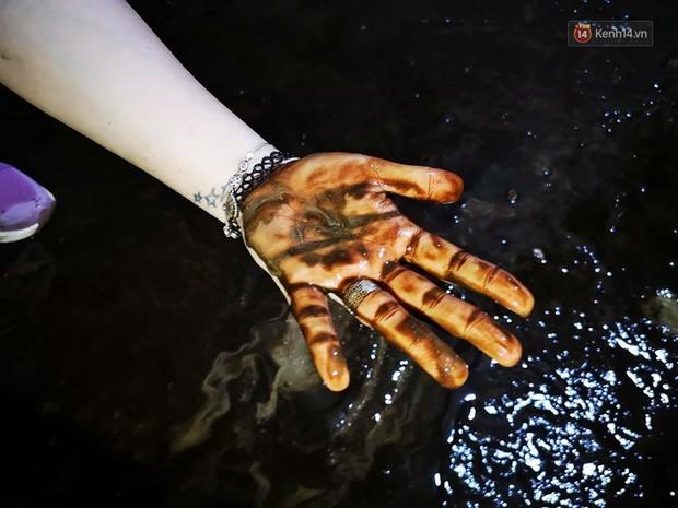 Ảnh: Dầu lắng cặn, bốc mùi nồng nặc khi thau bể nước tại khu đô thị Hà Nội sau sự cố ô nhiễm nước sông Đà - Ảnh 9.