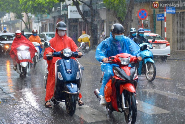 Chùm ảnh: Hà Nội đón cơn mưa rào sau nhiều ngày hanh khô, chỉ số chất lượng không khí được cải thiện - Ảnh 1.