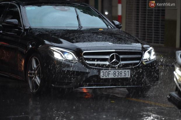 Chùm ảnh: Hà Nội đón cơn mưa rào sau nhiều ngày hanh khô, chỉ số chất lượng không khí được cải thiện - Ảnh 8.