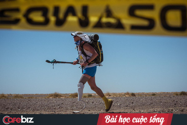 Tàn nhưng không phế: Cụt một chân sau tai nạn, nữ vận động viên 46 tuổi này vẫn chinh phục đường đua marathon xuyên sa mạc Sahara dài nhất thế giới - Ảnh 1.