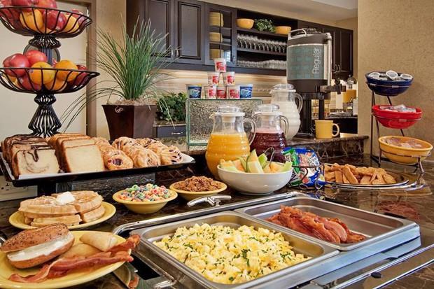 Tại sao các khách sạn thường phục vụ bữa sáng buffet miễn phí cho khách? Như vậy là họ lỗ hay lời? - Ảnh 1.