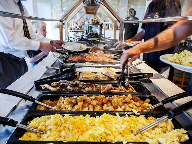 Tại sao các khách sạn thường phục vụ bữa sáng buffet miễn phí cho khách? Như vậy là họ lỗ hay lời? - Ảnh 2.