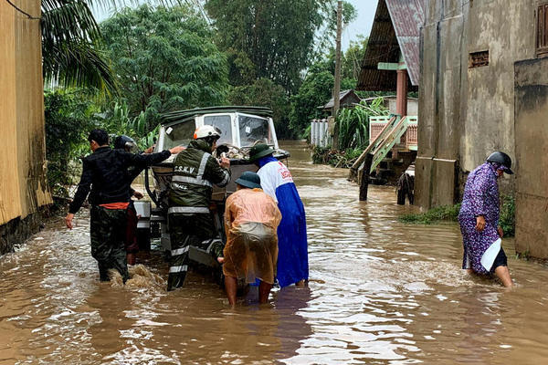 Trăm hộ dân ngập nước, dọa vỡ hồ chứa 700 nghìn m3 ở Đắk Lắk - Ảnh 2.