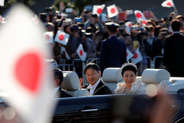 Vợ chồng Nhật hoàng Naruhito diễu hành ra mắt dân chúng, Hoàng hậu Masako gây choáng ngợp với vẻ đẹp rạng rỡ hệt như ngày đầu làm dâu hoàng gia - Ảnh 4.