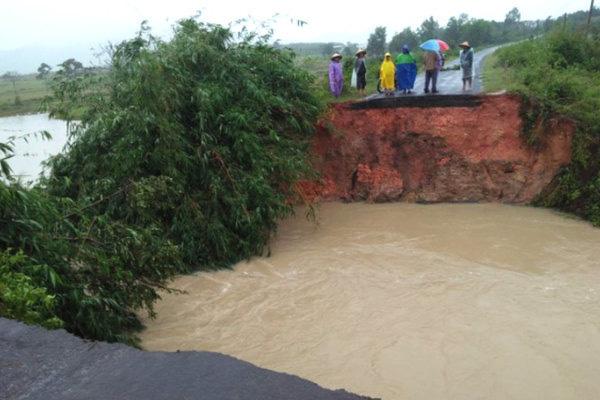 Trăm hộ dân ngập nước, dọa vỡ hồ chứa 700 nghìn m3 ở Đắk Lắk - Ảnh 4.