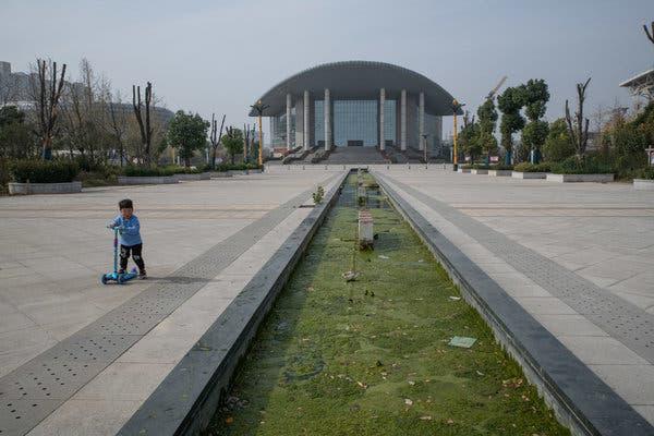 Bắc Kinh càng kiềm chế, địa phương càng lách luật nhiều: Trung Hoa mộng của ông Tập có nguy cơ đổ bể vì bị núi nợ đè - Ảnh 1.