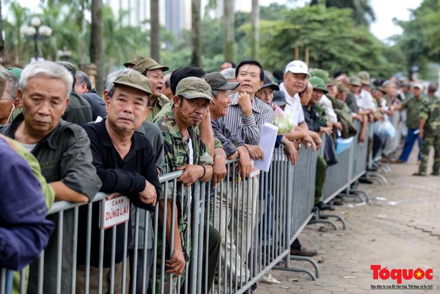 Thương binh xếp hàng dài chờ đăng ký mua vé trận Việt Nam - UAE - Ảnh 1.