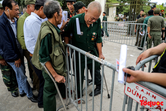 Thương binh xếp hàng dài chờ đăng ký mua vé trận Việt Nam - UAE - Ảnh 11.