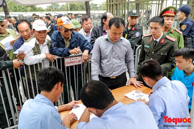 Thương binh xếp hàng dài chờ đăng ký mua vé trận Việt Nam - UAE - Ảnh 12.