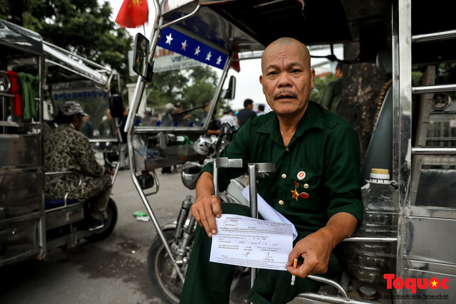 Thương binh xếp hàng dài chờ đăng ký mua vé trận Việt Nam - UAE - Ảnh 14.